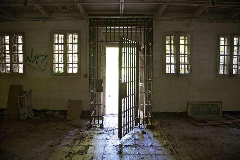 Jail gates